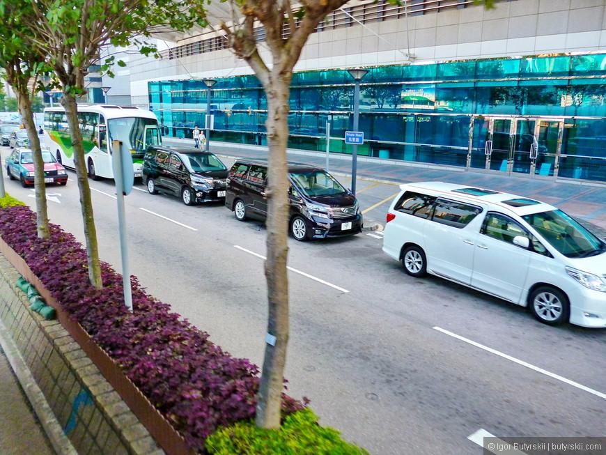 19. В Гонконге почти невозможно встретить внедорожники, зато минивэнов очень много, и они такие крутые, у нас таких нет.