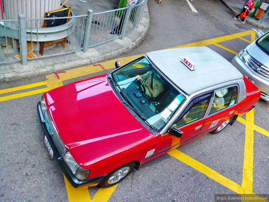21. Гонконгское такси, интересная особенность этих машин – у водителя есть ручка которую он дергает, чтобы открыть дверь пассажиру.