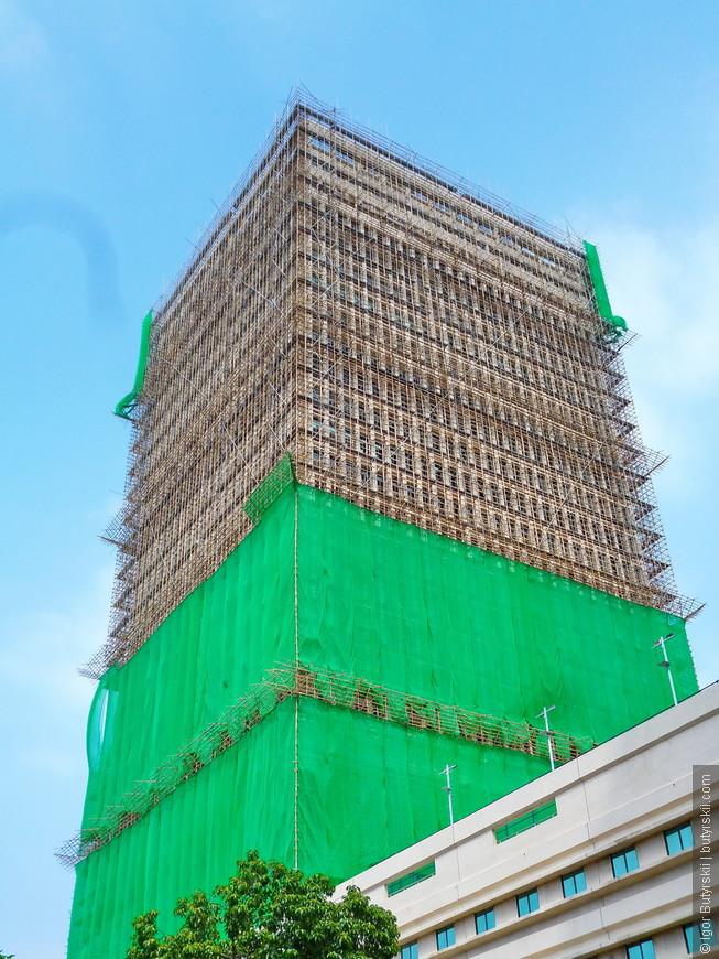 26. Я уже рассказывал об особенностях строительства в Гонконге, используются только бамбуковые леса для стройки, причем даже при возведении небоскребов.