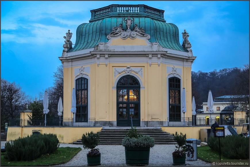 Центральный восьмигранный павильон зоопарка, который был построен в 18 веке по проекту Ж.Н.Жадо, украшен фресками по мотивам произведения Овидия «Метаморфозы»