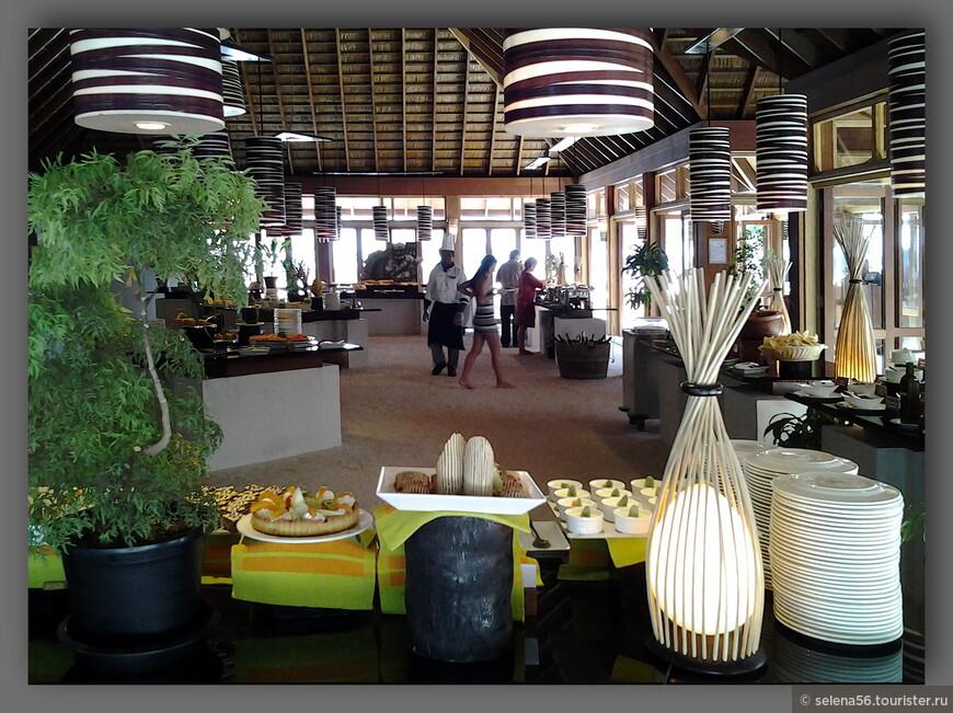 На острове два ресторана.Этот для  туристов  водных вилл и бунгало с джакузи.