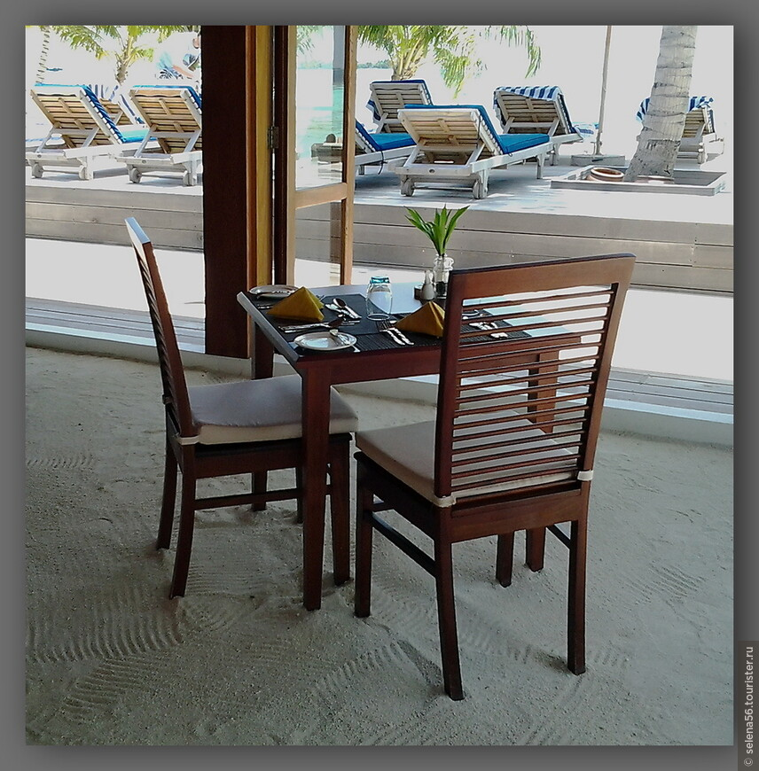 Столик в ресторане с видом на один из бассейнов. Даже в рестораны многие ходят босиком.Здесь это возможно.