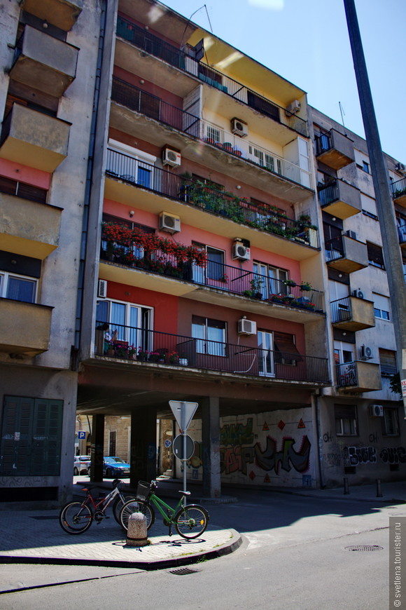 На первый взгляд обычные балконы, но я их сравнила с нашими Российскими, где и кастрюли и велосипеды, и сезонные шины...