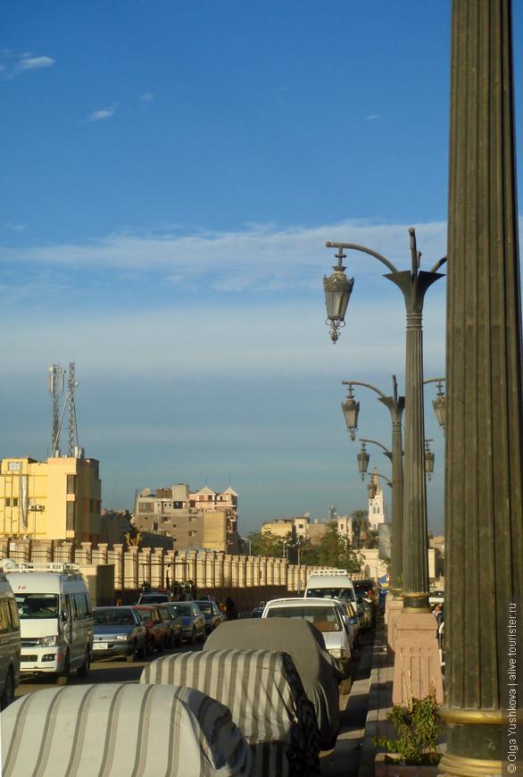 Луксор... Сейчас это небольшой провинциальный город... А ведь когда-то здесь были древние Фивы... )))