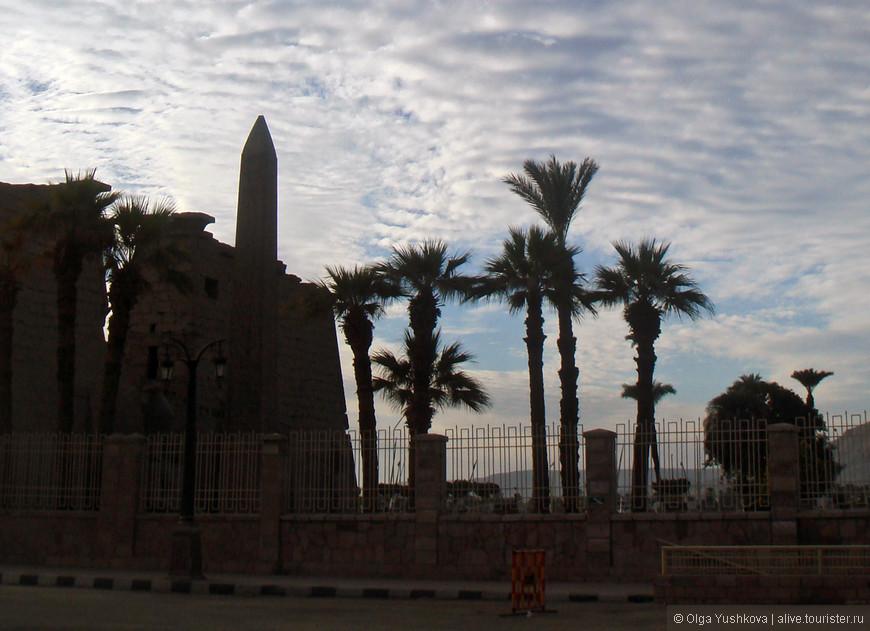 Вид на входные врата (пилон) с обелиском, ведущие в Луксорский храм...
