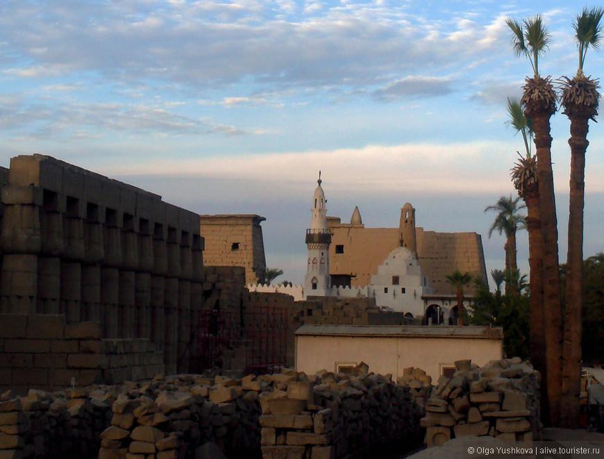 Вид с южной стороны на мечеть Абу-эль-Хаггага и Луксорский храм...