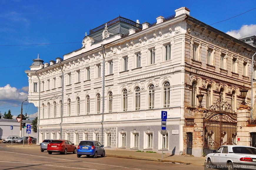 11. Вы только посмотрите как роскошно выглядит это здание, какой балкон, какие въездные ворота.