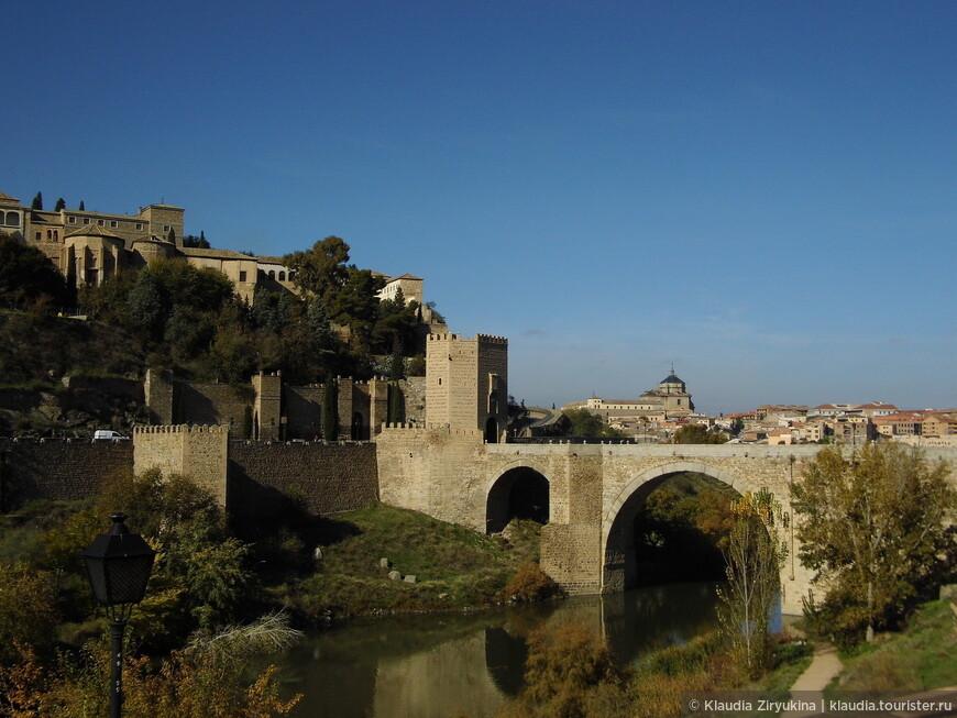 Мост Сан Мартин. Город расположен на реке Тахо.