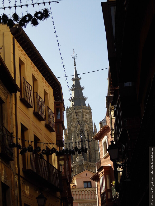 В узкой улочке Санта Изабелла виден шпиль Кафедрального Собора.