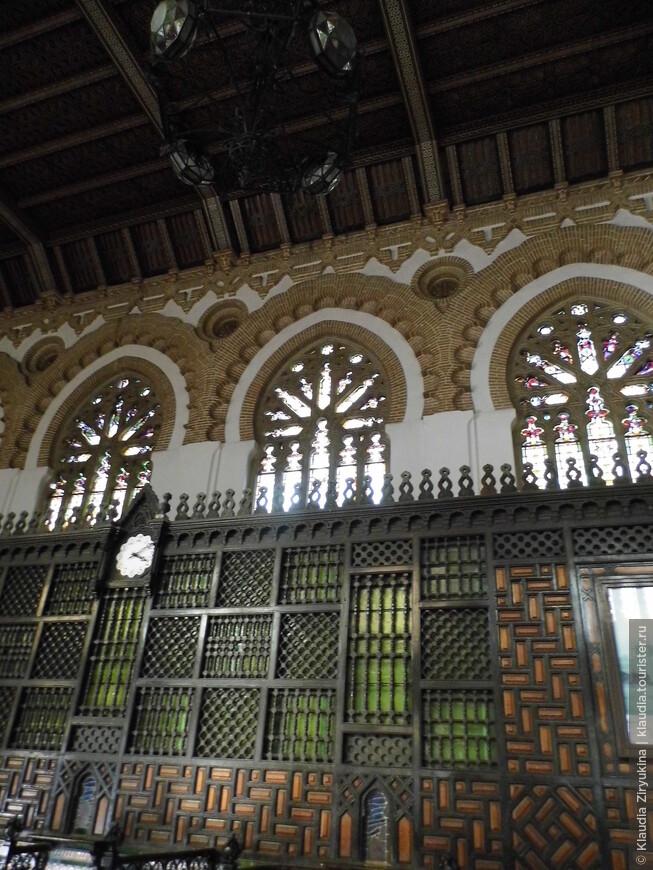 Да и внутри вокзал -- нечто среднее между Собором и музеем.