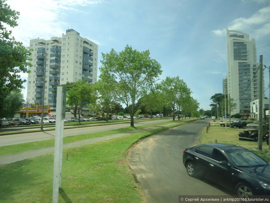 Приехав в Пунта-дель-Эсте -мы сделали несколько остановок в самом городе, а я сделал несколько фото из автобуса