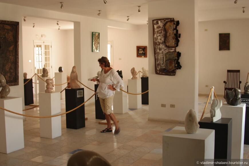 В отдельном зале представлены работы из камня.