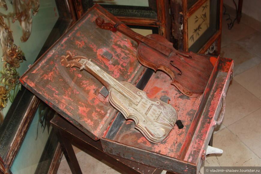 Старые музыкальные инструменты.