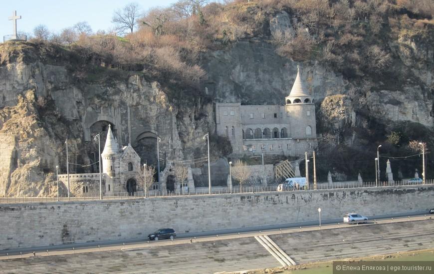 Монастырь на склоне горы Геллерт
