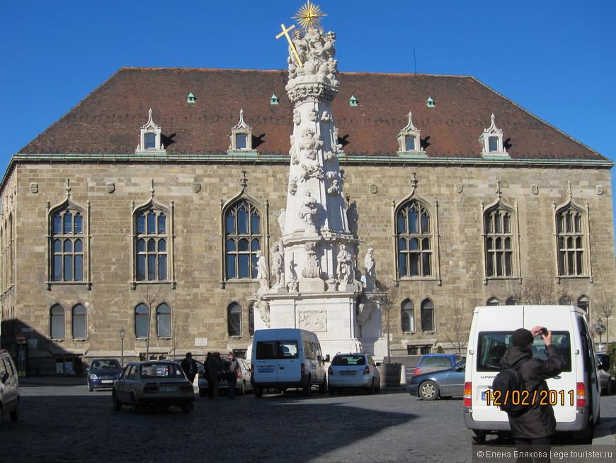 В центре площади Святой Троицы возвышается чумная колонна. Первая чумная колонна была построена на этой площади в 1706 году в честь избавления от эпидемии чумы. После того, как эпидемия вспыхнула вновь в 1709 году, первую колонну разрушили, посчитав, что для избавления от новой напасти нужна колонна побогаче. В 1713 году установили новую в барочном стиле. Колонна сильно пострадала в 1945 году. Последняя ее реставрация была завершена в 2007 году.