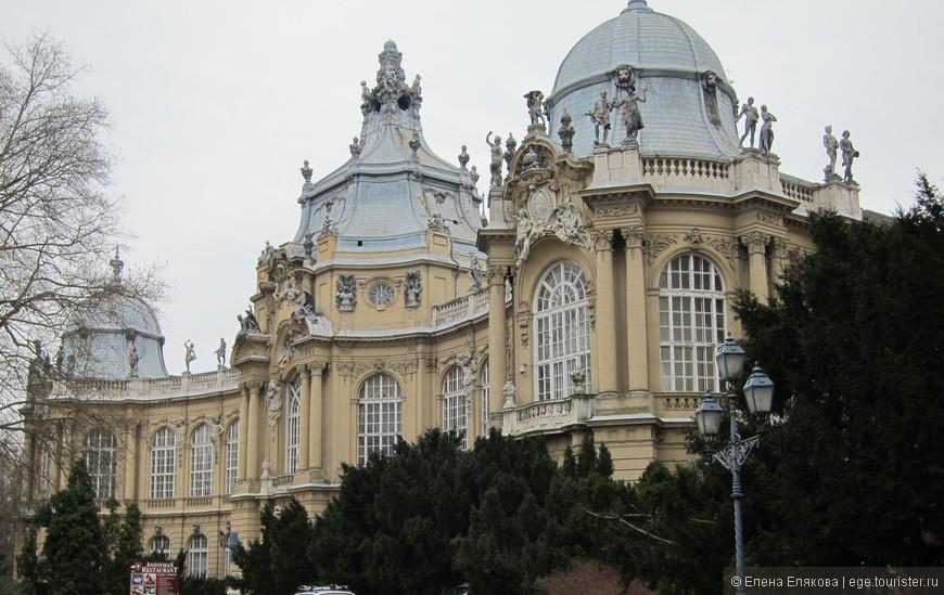 В этом здании замка Вайдахуняд находится Сельскохозяйственный музей