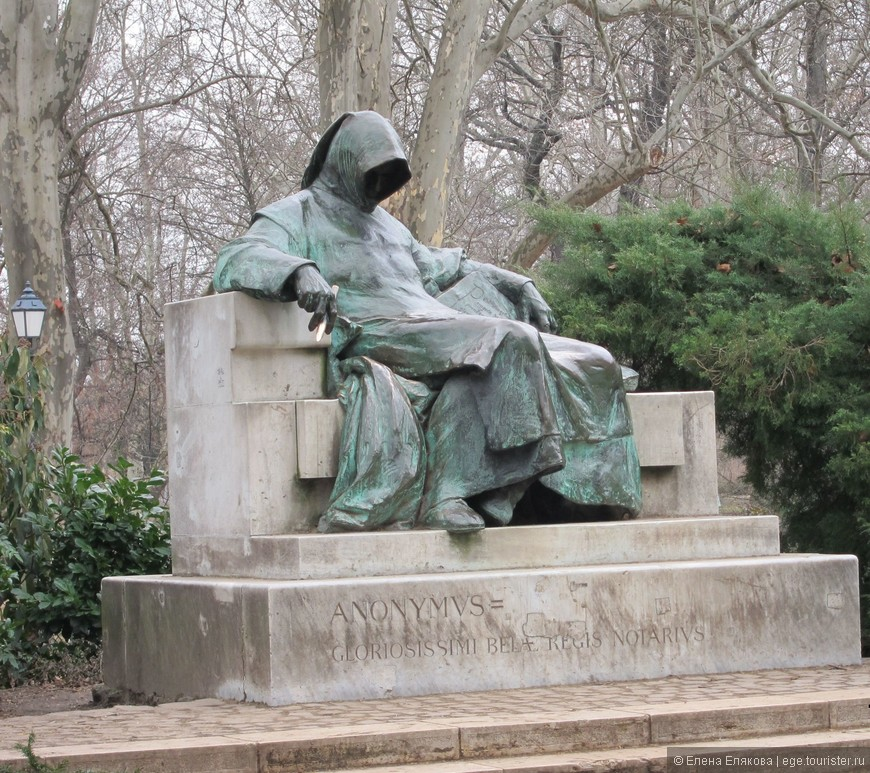 """На территории замка Вайдахуняд установлено несколько статуй. Это памятник монаху Анонимусу — первому  """"писателю""""-венгру."""