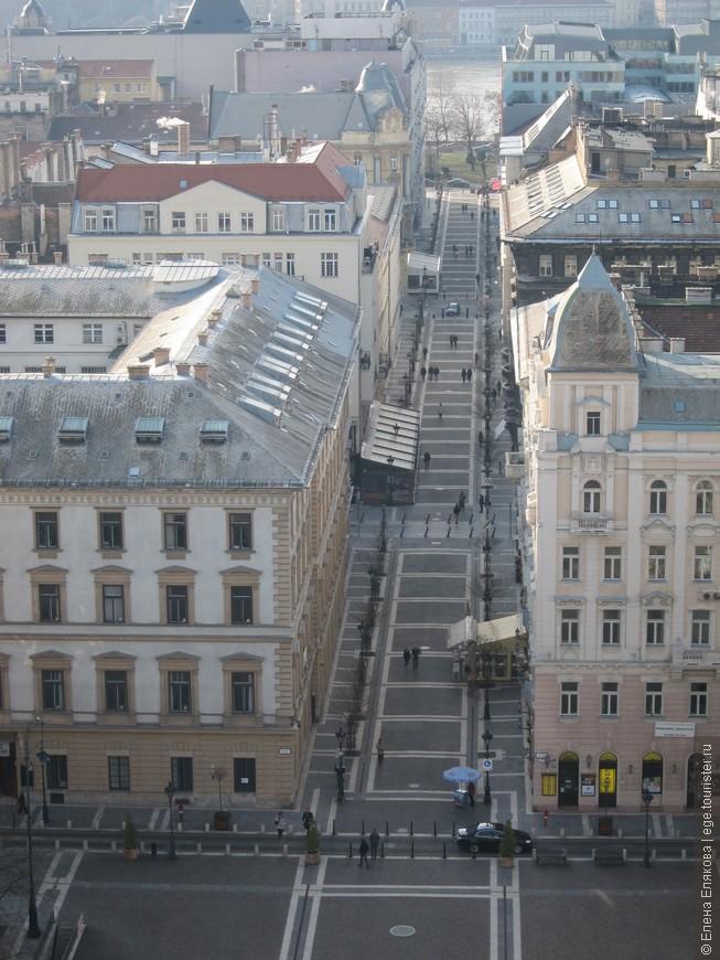 Вид на Будапешт, открывающийся сверху Базилики - улица, ведущая к Дунаю