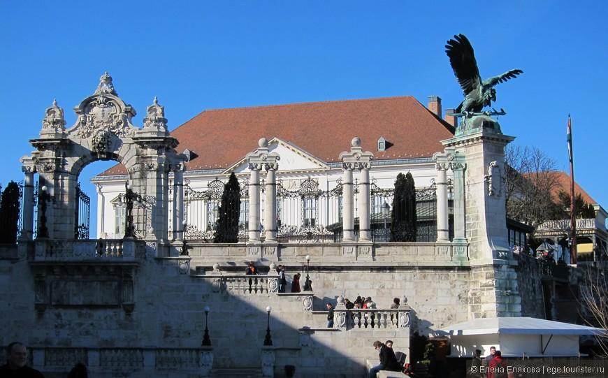 Орнаментальные ворота Королевского дворца, справа на колонне восседает мифическая птица Турул, которая, как гласит легенда, указала путь венгерским кочевникам на земли Будапешта.