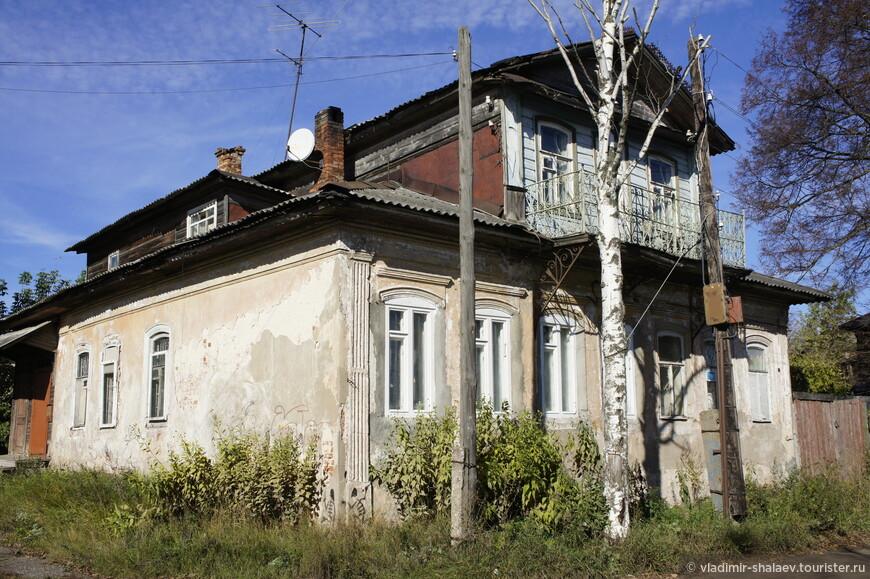 А этот дом на улице Орджоникидзе даже имеет выход на балкон.