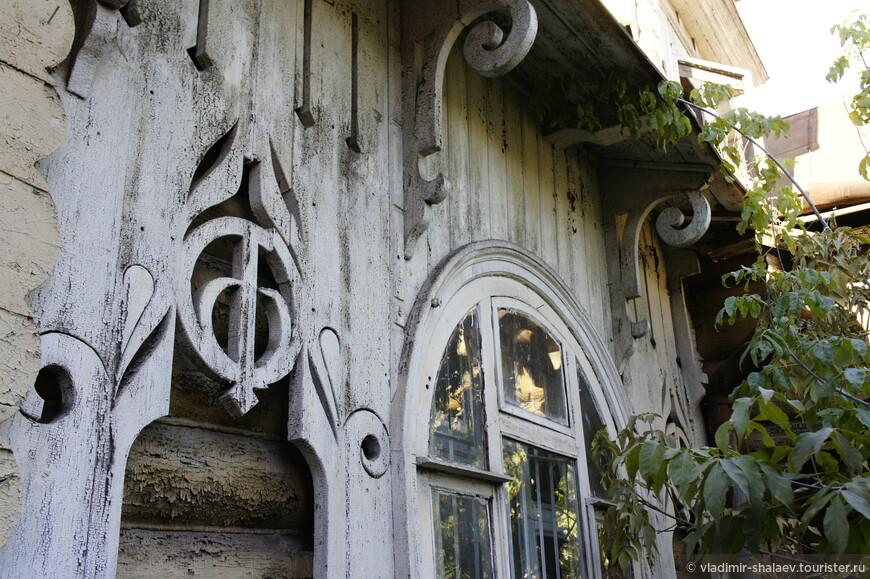 Даже окна в таком доме имеют круглую форму.