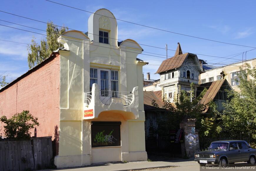 На этой фотографии соседствуют два дома братьев Лужиных (начало XX века). Один каменный, другой деревянный.