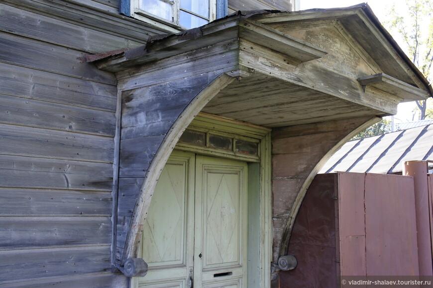 Для многих домов характерны входы с навесами.