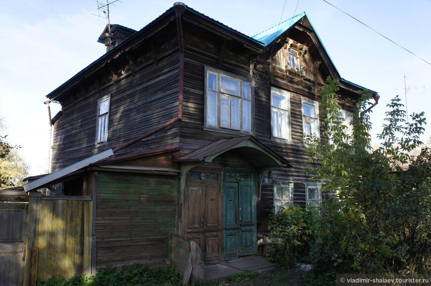 Дом на две семьи с двумя отдельными и соседними  входами.