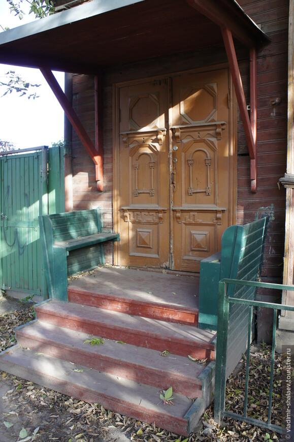 Дом М.А.Рыбакова (1920-е годы) имеет вот такой вот вход со скамьями.