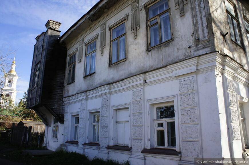 Дом с эркером на улице Салтыкова-Щедрина.
