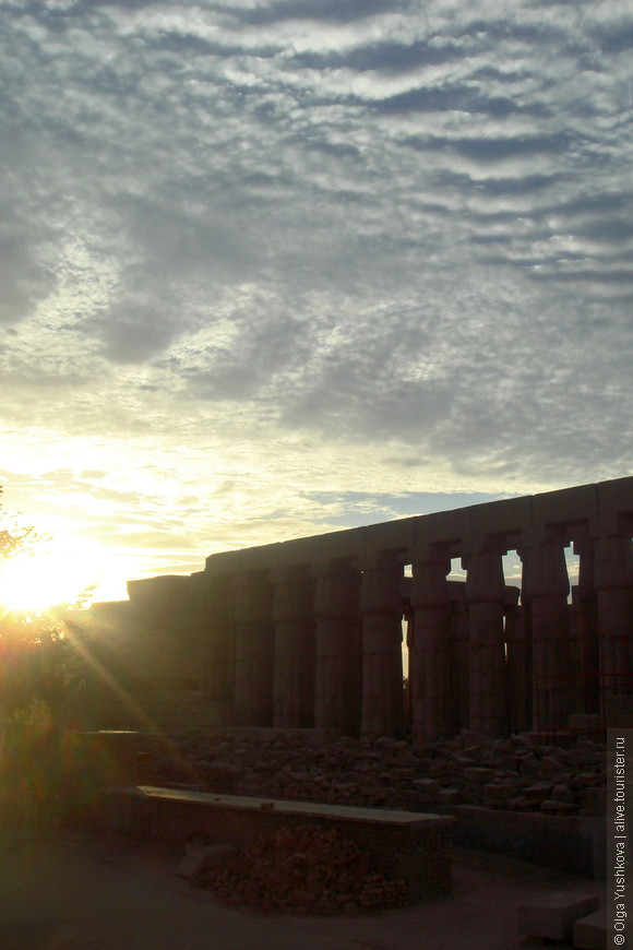 Вид с улицы на колонный зал Аменхотепа III (Луксорский храм)....