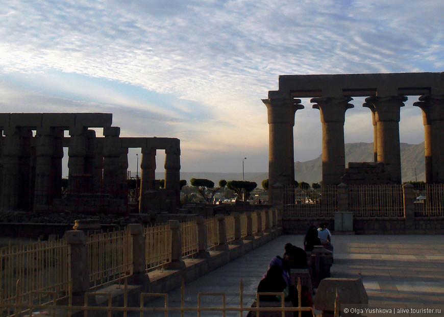 Колонны Луксорского храма... Все они стилизованы под стебли (связки) папируса...