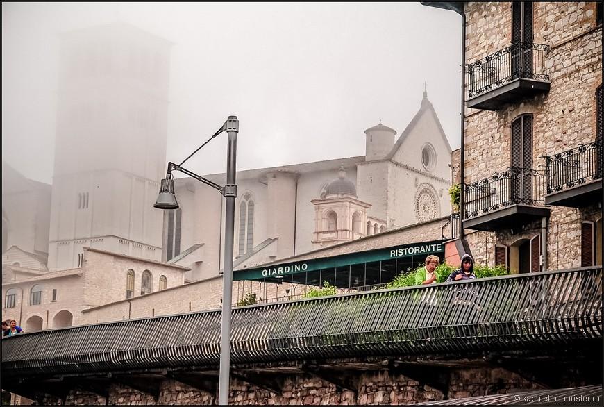 Сегодня мы видим город таким же, каким видел его Франциск. Он практически не изменился. Единственное  отличие - это helluva touristes.