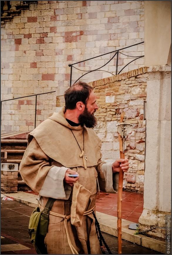 Суть его переломного учения - он по-другому смотрел на историю аскетизма в монашестве. Старое монашество в своем отречении от мира возлагало на отдельного монаха обет бедности, но это не мешало монастырям становиться крупными поземельными собственниками, а аббатам - соперничать в богатстве и роскоши с епископами и князьями. Франциск углубил идею бедности: из отрицательного признака отречения от мира он возвел её в положительный жизненный идеал, который вытекал из идеи - следовать примеру Христа. Вместе с тем Франциск преобразил  и само назначение монашества - заменив монаха - отшельника апостолом - миссионером, который - отрекшись внутренне от мира, остается в мире, чтобы среди него призывать людей к миру и покаянию!