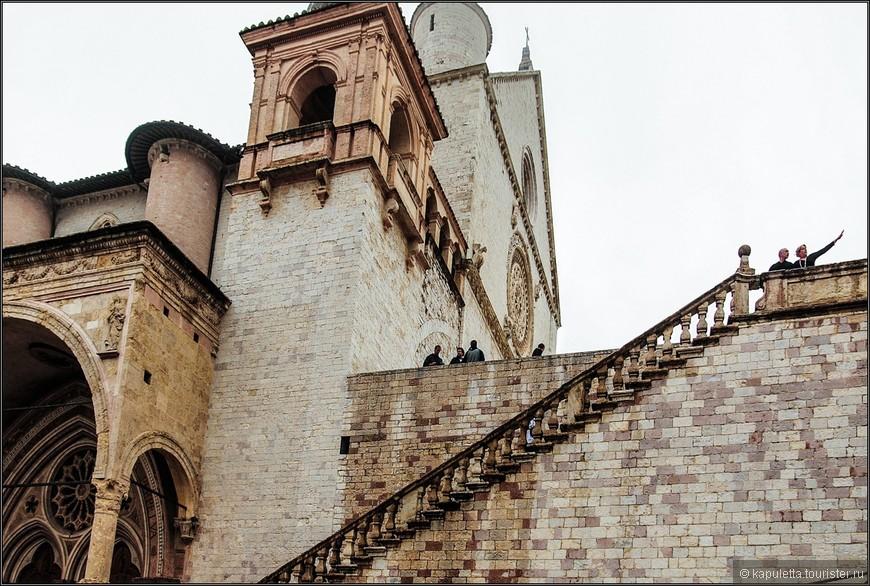 Храм является двухэтажным.  Видимая часть здания - это верхняя церковь, она возвышается на холме. Нижняя церковь скрывается в толще этого холма...