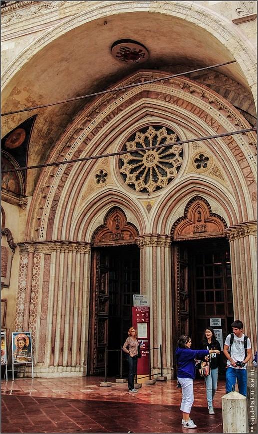 Из нижней церкви можно спуститься еще ниже - в крипту, где погребен  святой Франциск . Базилика была заложена  в 1228 году, через 2 года после смерти  святого.