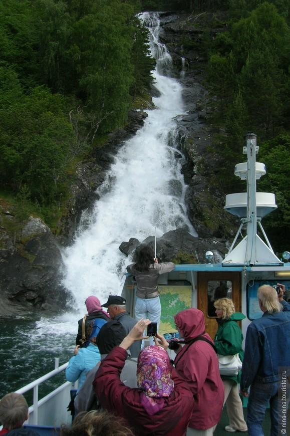 Водопадов во фьордах очень много, а к этому нас почти пришвартовали
