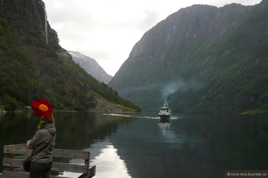 На следующий день, после посещения Бергена, нашей группе предложили прогулку по Неройфьорду. Погода была более благосклонна