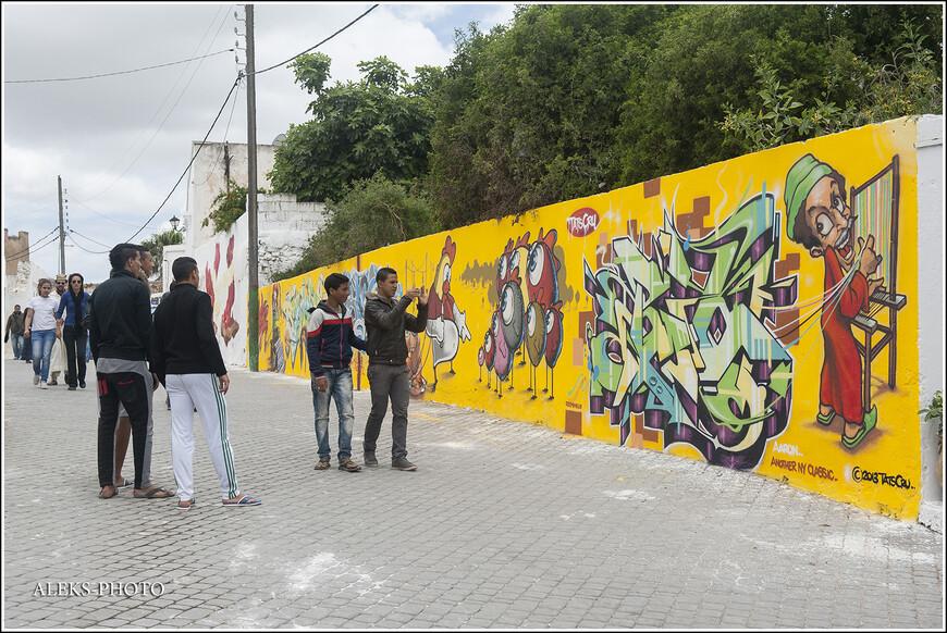 Особой популярностью пользовалась на фестивале в Аземмуре вот эта яркая картина.