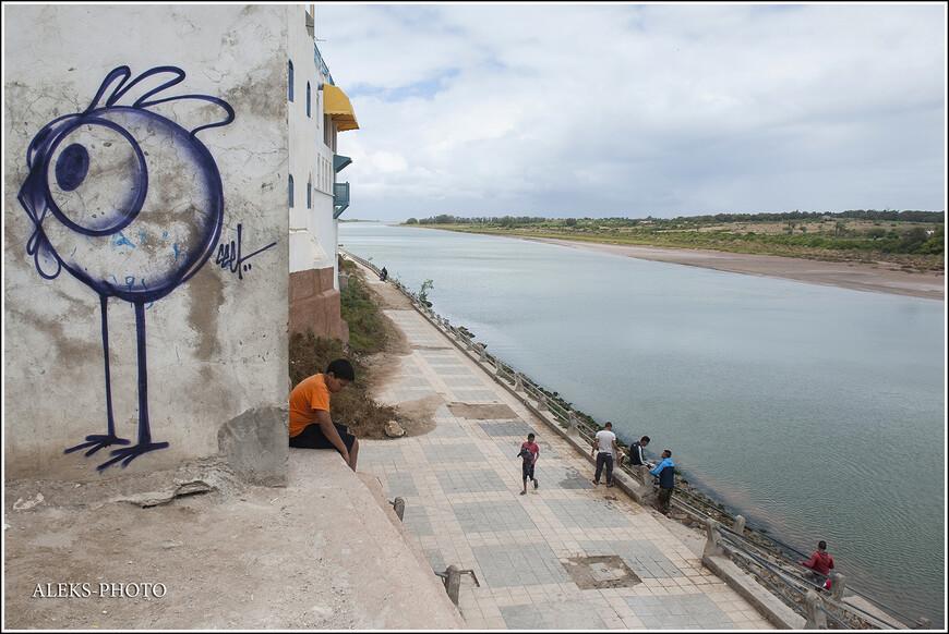 А это - набережная реки Ум-эр-Рбия. Дажее не верится, что мы - в Африке. А похоже на какую-нибудь речку средней полосы России...