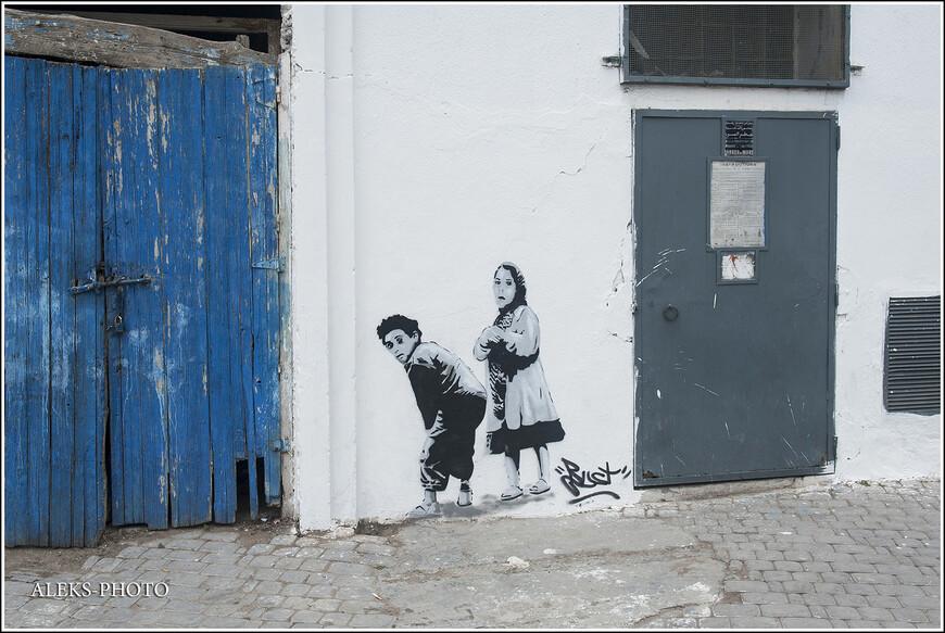 Сюжеты уличных художников порой очень неожиданные. Но удивляет, что все они вписываются в улочки старого города.