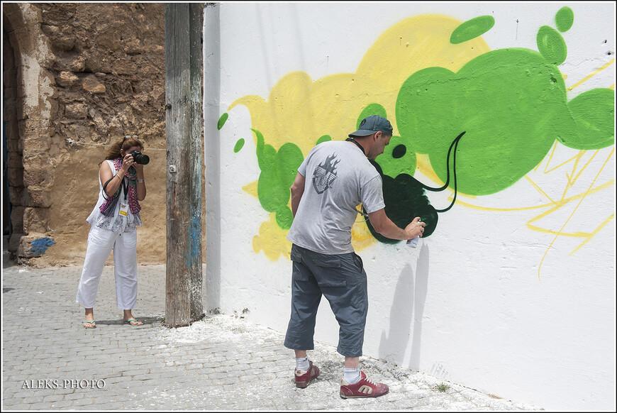 В городке в этот день было много фотографов. И это при том, что марокканцы весьма сдержанно относятся к фотографированию. Но тут ведь приехали художники из разных стран.