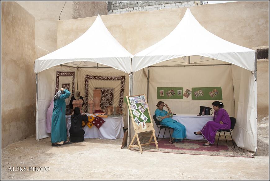 А тут местные Фатимы устроили выставку своего ткачества.