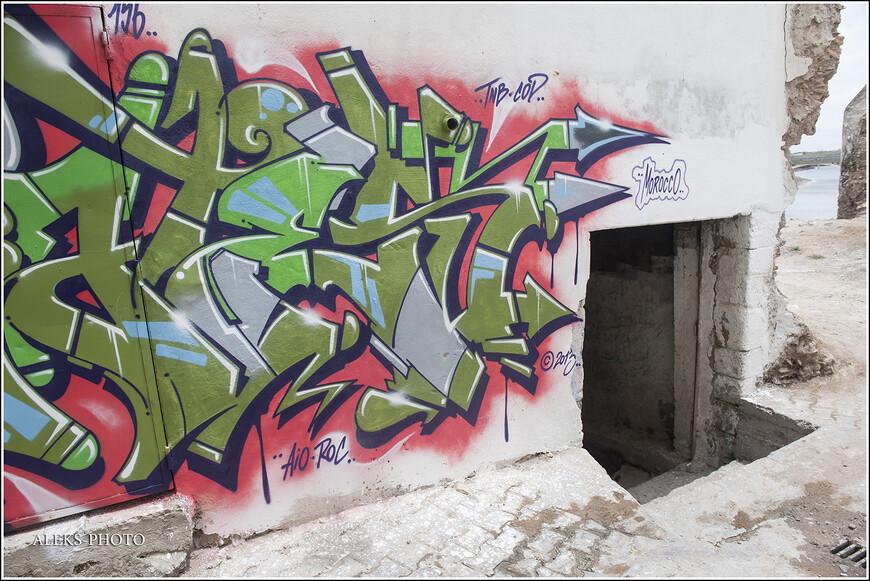 Белые стены Аземмура хорошо подходят для рисования. А некоторые заброшенные его улочки напоминают задворки вселенной где-нибудь в Штатах. Откуда, собственно, и пришло это художественное направление.