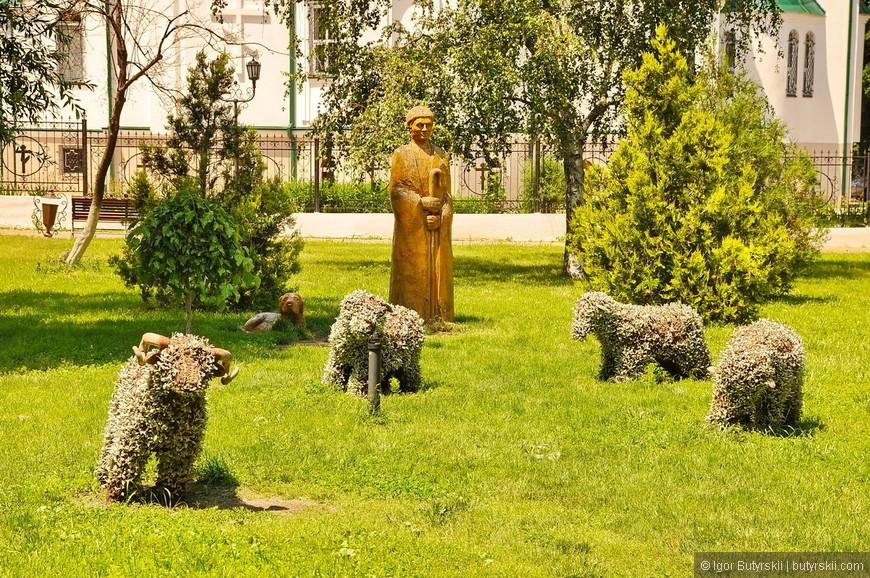 02. Пастух и стадо зеленых овец, отличная альтернатива медным статуям в городах России.