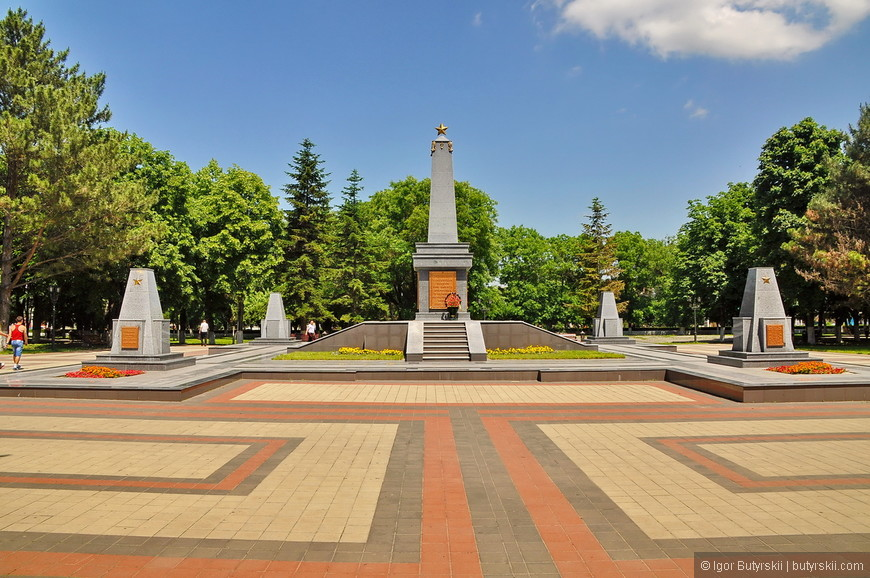 08. Стела памяти на площади в центре.