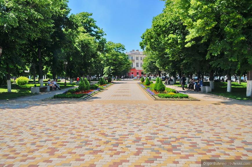 14. Город очень зеленый в летнее время, настолько зеленый, что фотографировать некоторые объекты трудно, но лучше уж так, чем вообще без деревьев.