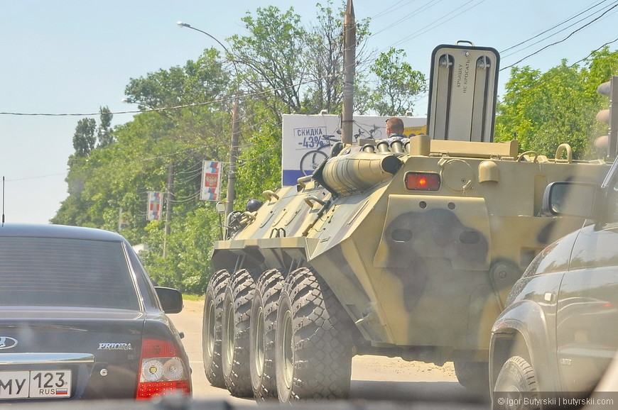 17. На дороге встретил бтр, просто так по улице едет военная техника.