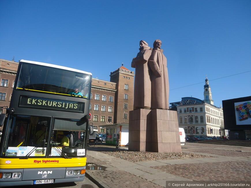 С моста я вышел на площадь перед Техническим университетом, где установлен памятник Латышским стрелкам и с которой отходят туристические автобусы, но я как обычно решил все пройти пешком