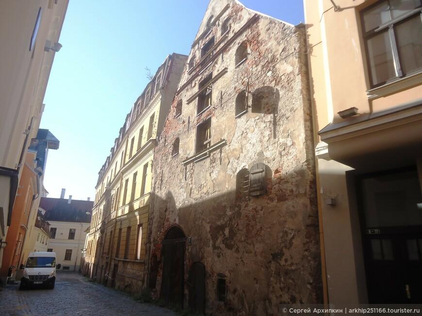 Остаток фасада -одного из старых средневековых домов Риги